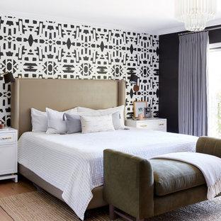 ロサンゼルスの大きいコンテンポラリースタイルのおしゃれな主寝室 (黒い壁、無垢フローリング、ベージュの床)