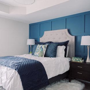 トロントのトランジショナルスタイルのおしゃれな寝室 (青い壁、濃色無垢フローリング、茶色い床、折り上げ天井、パネル壁) のレイアウト