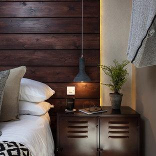 Foto de habitación de invitados rústica, pequeña, con paredes beige, moqueta y suelo beige