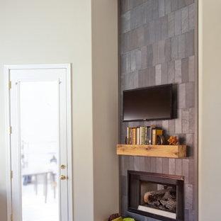 Diseño de dormitorio principal, tradicional renovado, de tamaño medio, con paredes beige, moqueta, chimenea de esquina y marco de chimenea de baldosas y/o azulejos