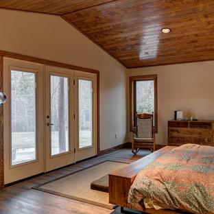 Ispirazione per una grande camera matrimoniale stile rurale con pareti beige, parquet chiaro e camino sospeso