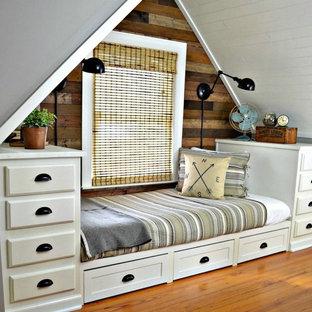 Idées déco pour une petite chambre mansardée ou avec mezzanine campagne avec un mur gris et un sol en bois brun.