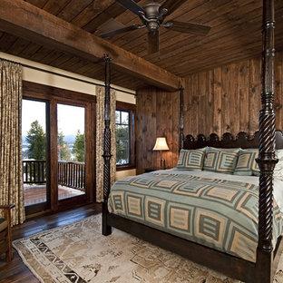 Imagen de dormitorio rústico con paredes beige y suelo de madera oscura