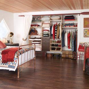 Foto de dormitorio rural con paredes blancas, suelo de madera oscura y suelo marrón