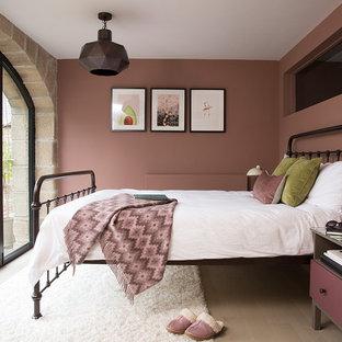 Diseño de dormitorio rural, de tamaño medio, con paredes rosas, suelo de madera clara y suelo beige