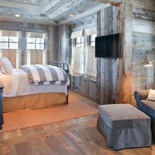 Foto de habitación de invitados rústica, pequeña, con paredes grises y suelo de madera oscura