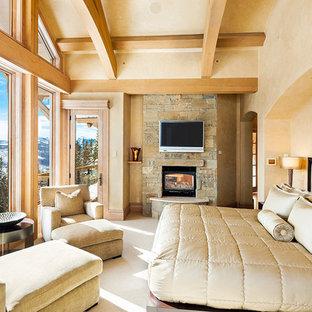Ejemplo de dormitorio rural con marco de chimenea de piedra
