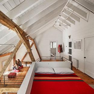 Пример оригинального дизайна: спальня на антресоли, на мансарде в стиле рустика с белыми стенами и паркетным полом среднего тона
