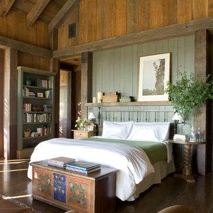 Ispirazione per una camera matrimoniale stile rurale con pareti verdi e parquet scuro