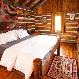 Ejemplo de dormitorio rural con suelo de madera en tonos medios