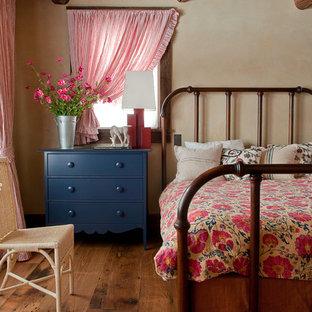 Réalisation d'une chambre chalet avec un mur beige et un sol en bois foncé.