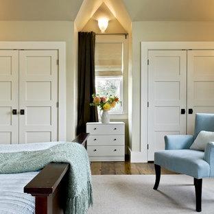 Immagine di una camera da letto stile rurale con pareti beige e pavimento in legno massello medio