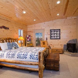 Modelo de dormitorio rural con paredes beige y moqueta