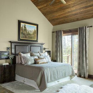 Cette photo montre une chambre parentale montagne de taille moyenne avec un mur beige, un sol en travertin et un sol gris.