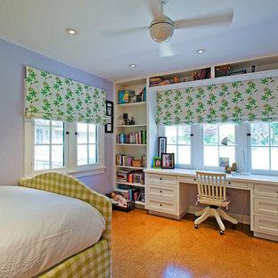 Diseño de habitación de invitados tradicional, de tamaño medio, sin chimenea, con paredes púrpuras, suelo de corcho y suelo marrón