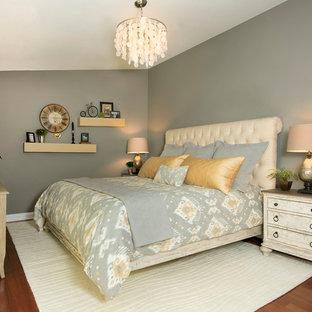 Ejemplo de dormitorio principal, rústico, de tamaño medio, sin chimenea, con paredes grises y suelo vinílico