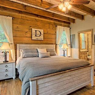 Idee per una piccola camera matrimoniale rustica con pareti grigie, pavimento in legno verniciato e pavimento marrone
