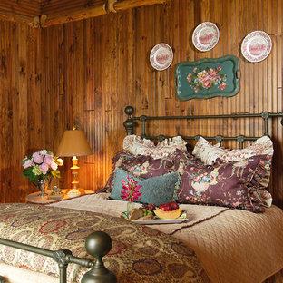 Idéer för stora rustika gästrum, med beige väggar och mellanmörkt trägolv
