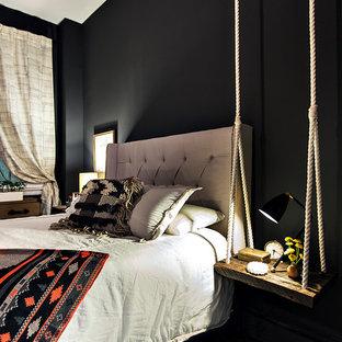 Ispirazione per una camera da letto eclettica con pareti nere