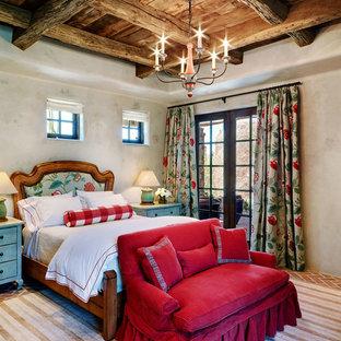 Foto på ett mellanstort gästrum, med vita väggar och tegelgolv