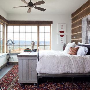 Diseño de dormitorio principal, rural, grande, sin chimenea, con paredes blancas y suelo de madera oscura
