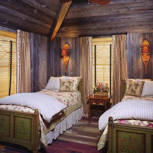 Esempio di una camera degli ospiti shabby-chic style di medie dimensioni con pareti marroni e nessun camino