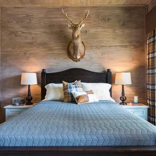 Ejemplo de habitación de invitados rural, de tamaño medio, con paredes marrones, moqueta y suelo beige