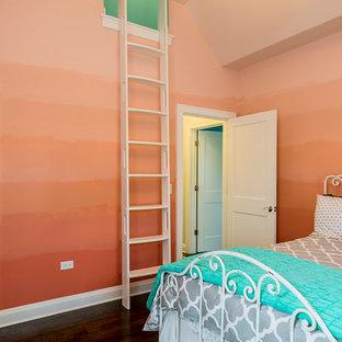 シカゴの中サイズのエクレクティックスタイルのおしゃれな寝室 (オレンジの壁、無垢フローリング、暖炉なし) のレイアウト