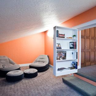 他の地域の中くらいのエクレクティックスタイルのおしゃれな客用寝室 (オレンジの壁、カーペット敷き、暖炉なし) のインテリア