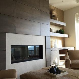 Modelo de dormitorio principal, rústico, grande, con paredes beige, suelo de madera clara, chimenea tradicional y marco de chimenea de madera