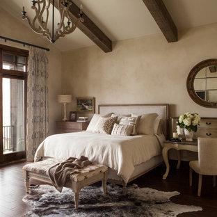 Свежая идея для дизайна: хозяйская спальня в стиле рустика с бежевыми стенами и темным паркетным полом - отличное фото интерьера