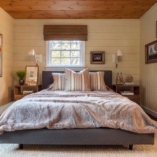 Bild på ett rustikt sovrum, med beige väggar, målat trägolv och grått golv