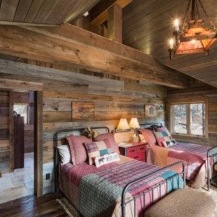Idee per una camera degli ospiti rustica con pareti marroni e parquet scuro