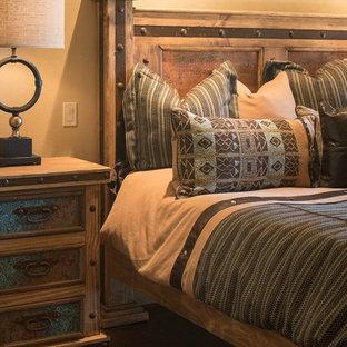 Idées déco pour une chambre d'amis sud-ouest américain de taille moyenne avec un mur beige, un sol en bois brun et aucune cheminée.