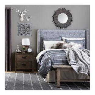Foto de dormitorio principal, rural, de tamaño medio, sin chimenea, con paredes grises, moqueta y suelo gris