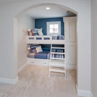 Idée de décoration pour une petit chambre tradition avec un mur beige et un sol beige.