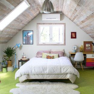Esempio di una camera da letto stile shabby di medie dimensioni con pavimento verde