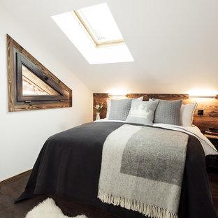 Exemple d'une chambre montagne de taille moyenne avec un mur blanc et un sol en bois foncé.