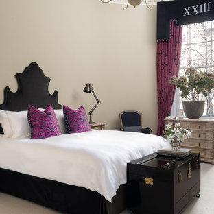 Ejemplo de dormitorio tradicional renovado con paredes beige