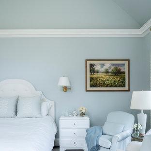 Diseño de dormitorio principal, tradicional, grande, con paredes azules, moqueta y suelo multicolor