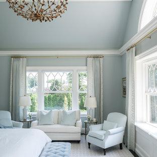Неиссякаемый источник вдохновения для домашнего уюта: большая хозяйская спальня в классическом стиле с синими стенами, ковровым покрытием и разноцветным полом