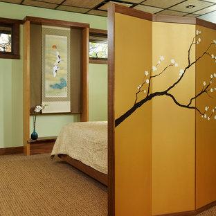 Mittelgroßes Asiatisches Schlafzimmer mit grüner Wandfarbe und Teppichboden in Chicago