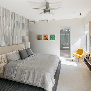 Immagine di una camera matrimoniale moderna di medie dimensioni con pareti multicolore, pavimento in gres porcellanato e pavimento bianco