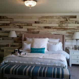 Immagine di una camera matrimoniale stile shabby di medie dimensioni con pareti beige e moquette