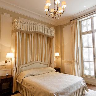 Réalisation d'une grand chambre parentale tradition avec un mur beige.