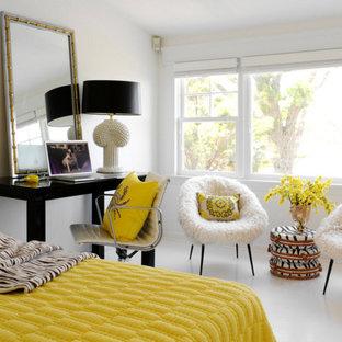 Modelo de dormitorio principal, contemporáneo, de tamaño medio, sin chimenea, con paredes blancas y suelo de baldosas de porcelana