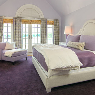 Modelo de dormitorio tradicional con paredes púrpuras, moqueta y suelo violeta