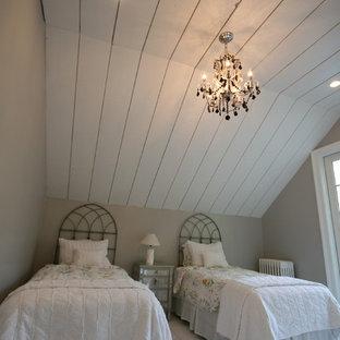 Foto de habitación de invitados romántica, de tamaño medio, sin chimenea, con suelo de madera clara y suelo blanco