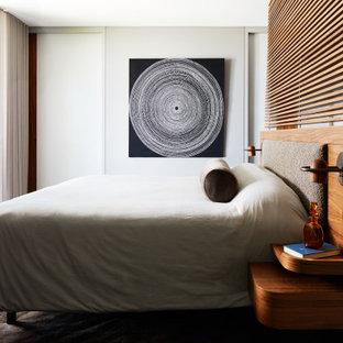 Inspiration för stora maritima huvudsovrum, med grå väggar, ljust trägolv och beiget golv