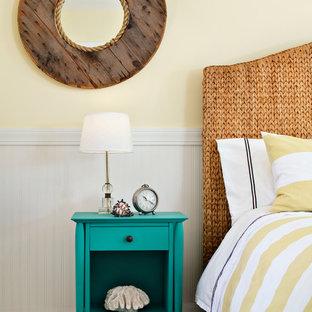 サンフランシスコの中サイズのビーチスタイルのおしゃれな主寝室 (黄色い壁、カーペット敷き、暖炉なし) のインテリア